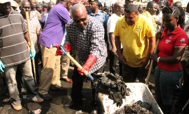 President-Mahama-is-joined-by-residents-of-Kumasi-in-cleaning-the-city-at-the-national-sanitation-day